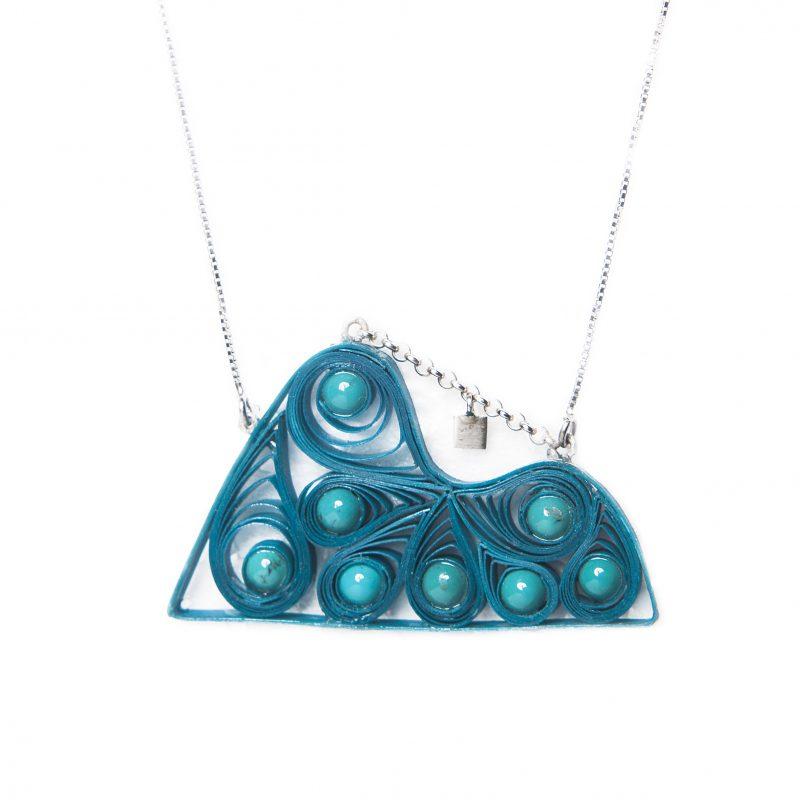 Silvia Blumberg_cordão Pão de açúcar Quilling e pérolas azul_alterado_ R$238,00